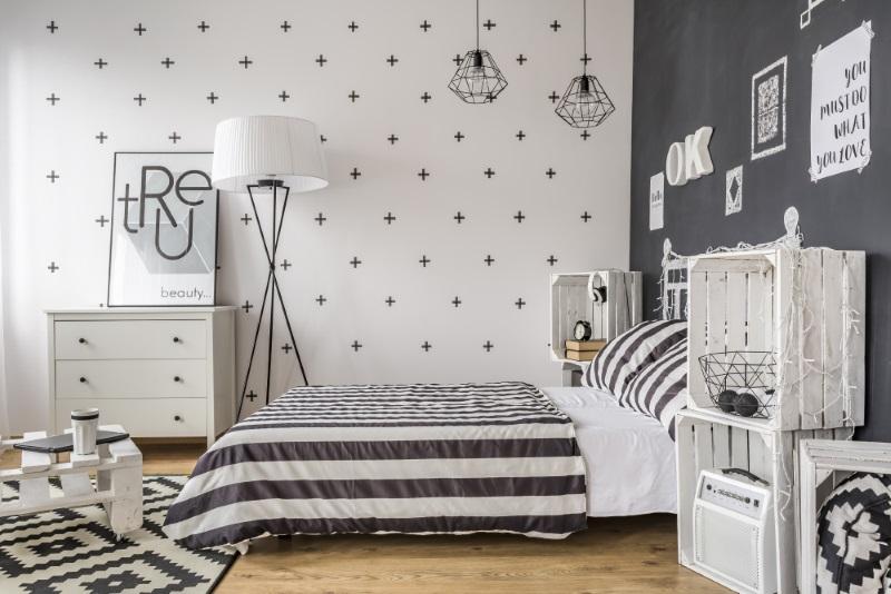 Dormitor în alb și negru, design interior elegant într-o casă de vis - poze
