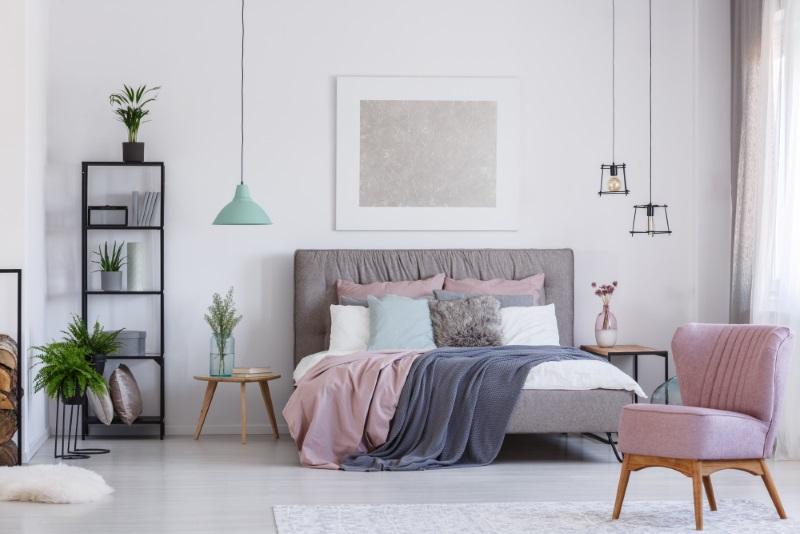 Dormitor în culori pastel - design interior mixt într-o casă de vis - poze