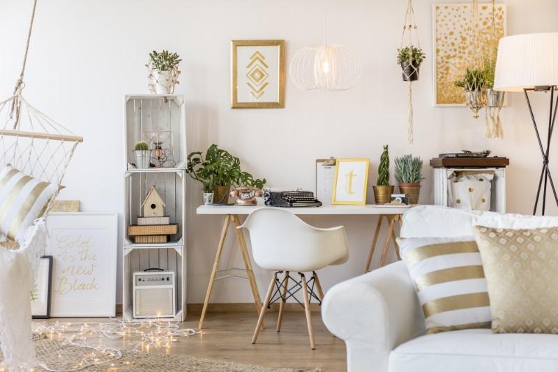 Pardoseala în dormitor - un design interior frumos si o casa de vis, în alb și auriu