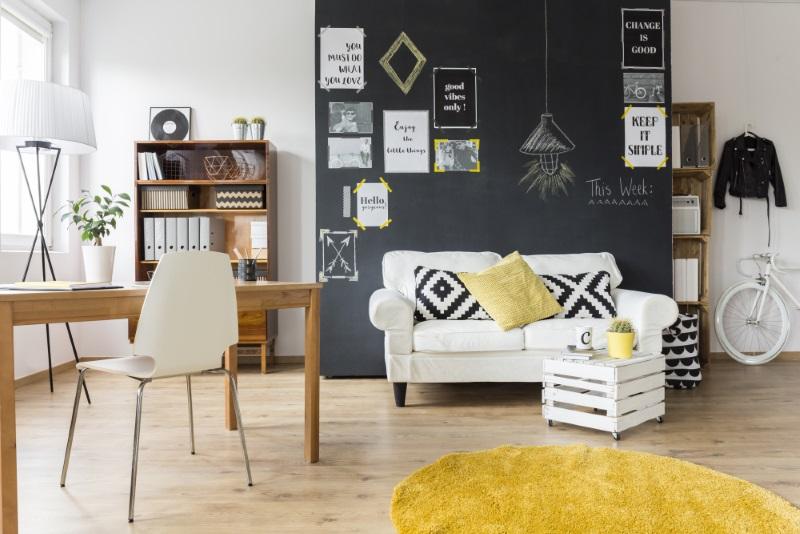 Living de vis în culori calde și un perete personalizat