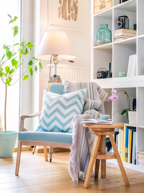 Spațiu de citit în sufragerie, decorat frumos, într-o casă de vis, cu design interior interesant