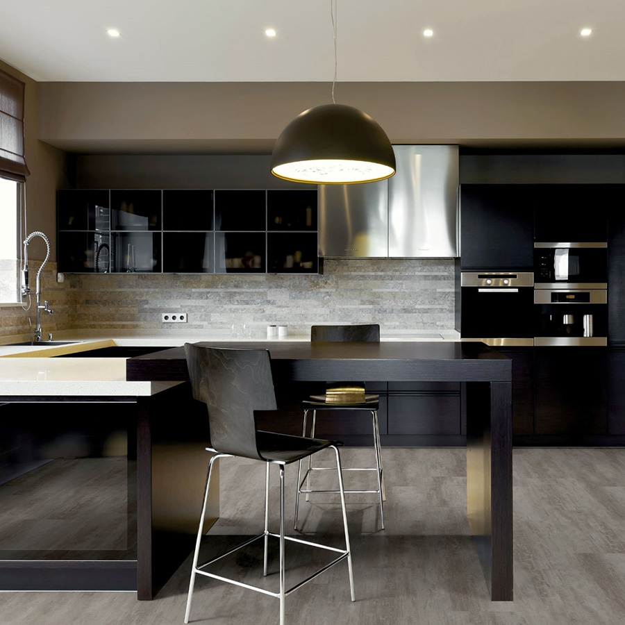 Open space într-o bucătărie mică, nuanțe contrastante - toate creează un loc plăcut în casă