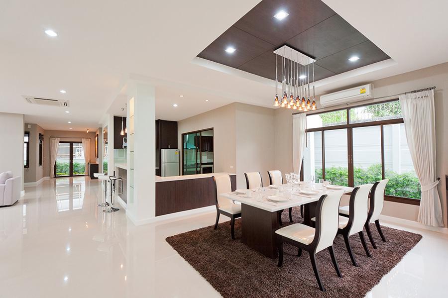 Amenajare open space pentru bucătărie și living. Decor modern, în nuanțe calde și luminoase