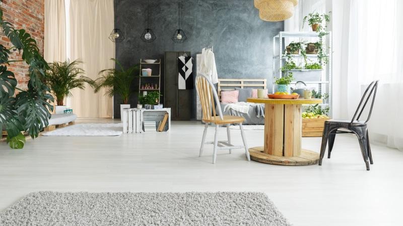 Parchet alb pentru living - sufragerie cu parchet alb