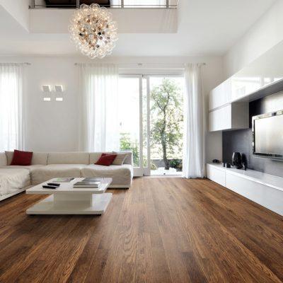 Parchet din lemn de culoare închisă și mobilă deschisă, pentru un contrast de efect