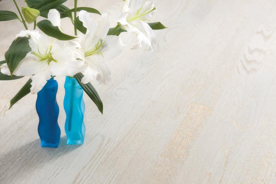 Vaza cu flori albe pe parchet - amenajări interioare apartamente, în culori naturale, de vară