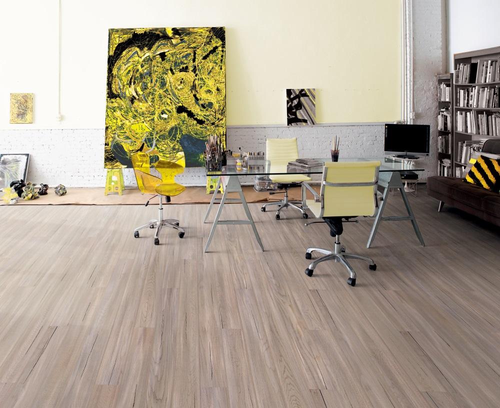 Camera cu parchet din lemn si un tablou mare pictat cu galben. Instalare parchetului peste pardoseala veche n-a fost niciodată mai simplă