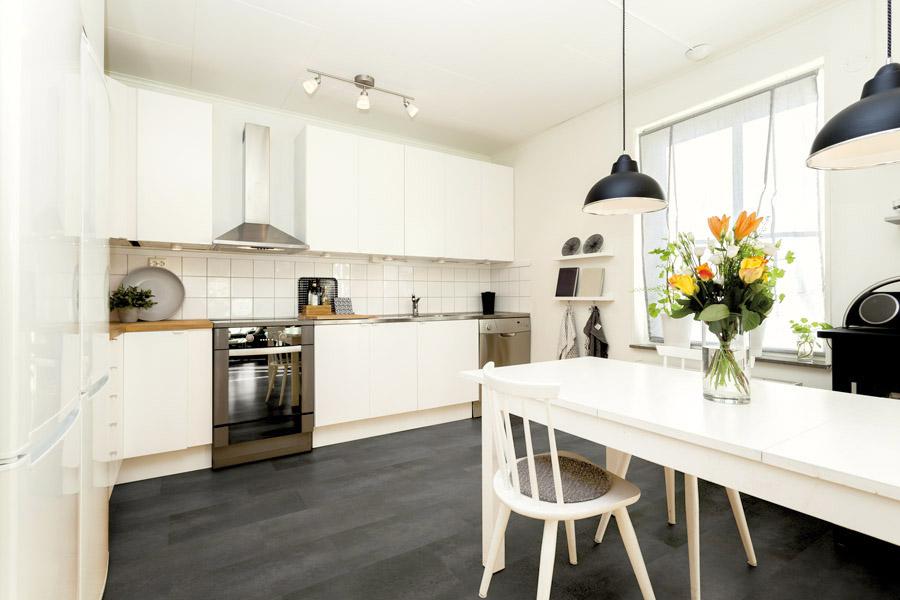 Bucătărie cu mobilă albă și pardoseală închisă la culoare