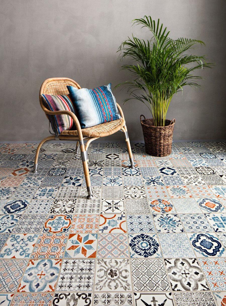 Scaun pe pardoseală cu modele geometrice și culori vii