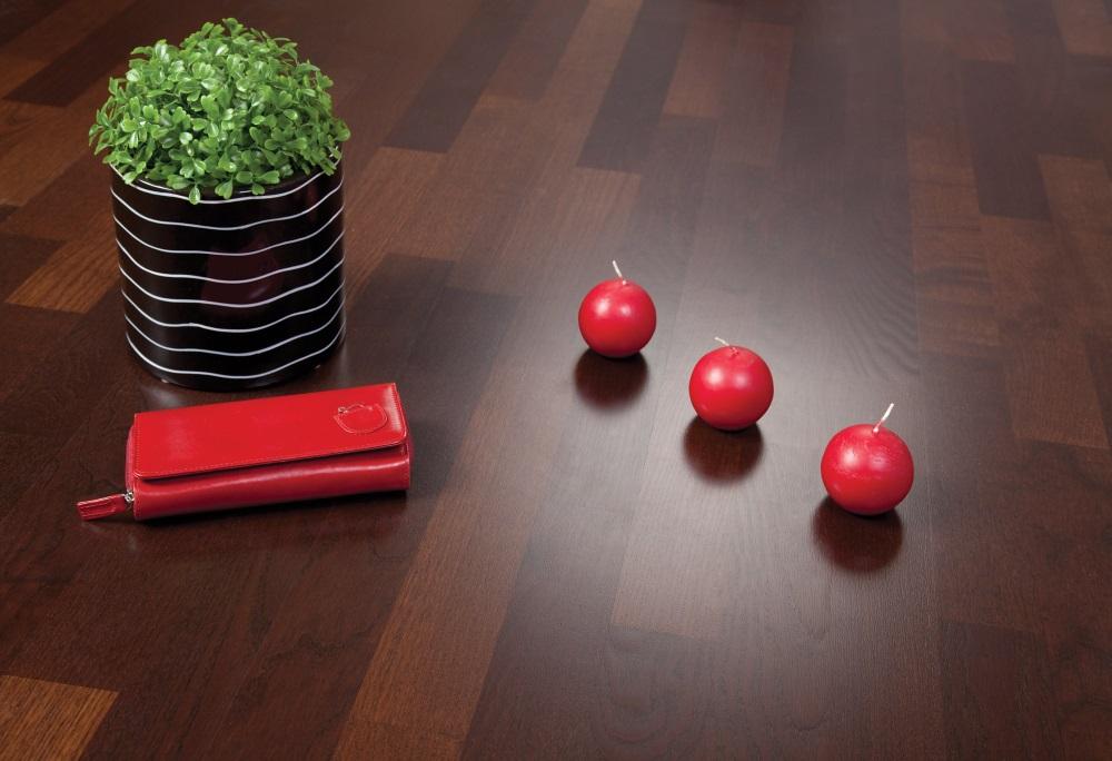 Portofel roșu și lumânări rotunde roșii pe parchet - culorile anului 2019 în designul interior