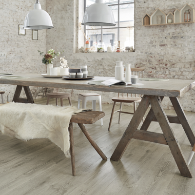Masă cu scaune în bucătăria cu pardoseala din vinil, alternativa gresiei