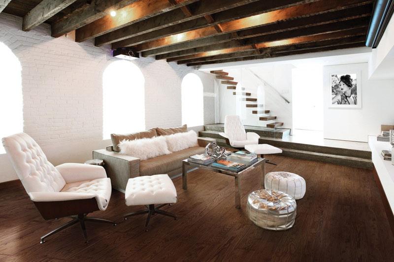 Cameră stil clasica cu parchet de stejar maro închis