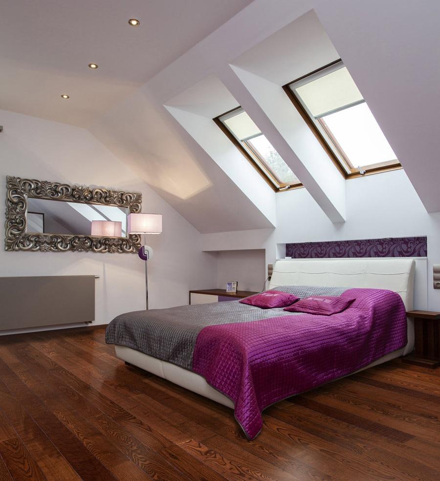 Pat in dormitor la mansarda - amenajare cu fereastra deasupra patului si parchet din lemn roscat