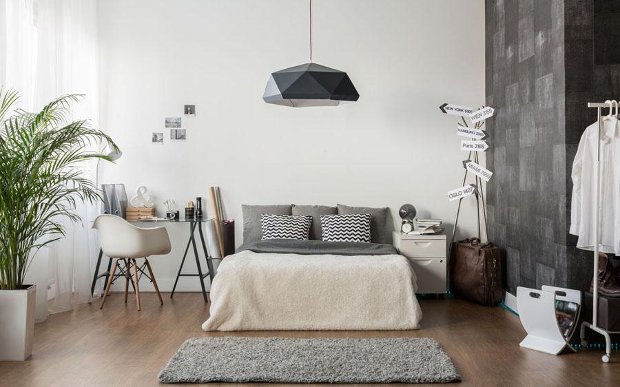 Dormitor mic, cu pat și mobilă puțină
