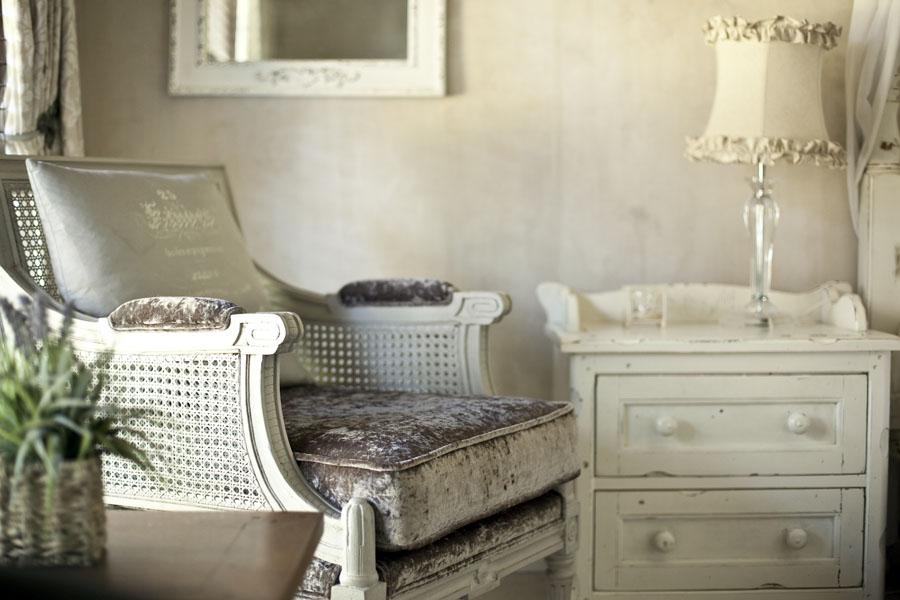 Fotoliu vechi, mobilier uzat - potrivite pentru stilul shabby chic
