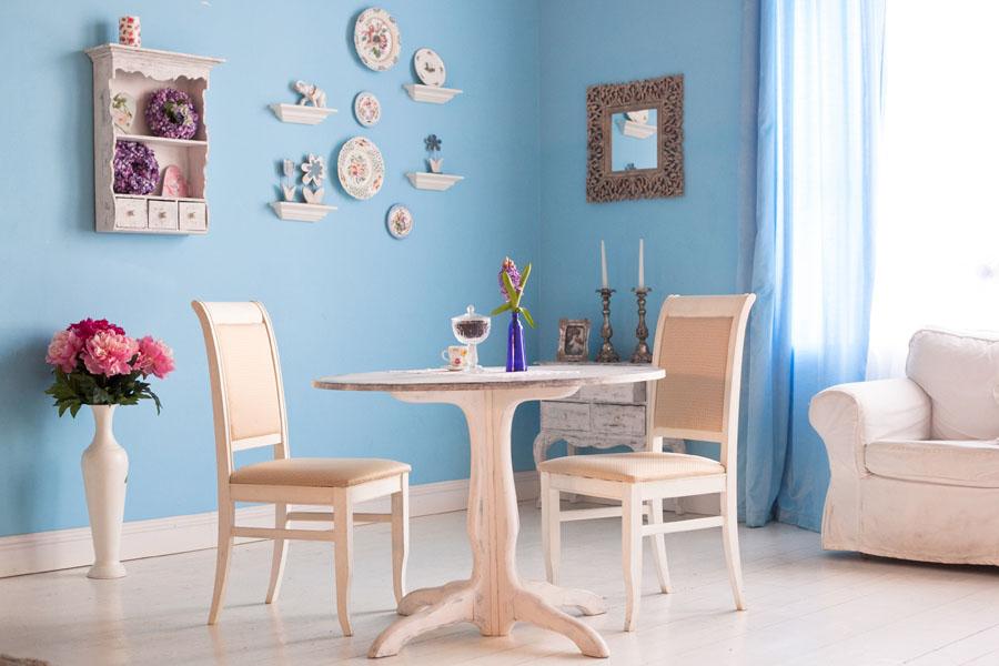 Cameră luminoasă cu pereți de culoare bleu, într-un decor shabby chic