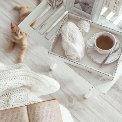 Ceai pe masa, un pulover de lana si o pisica pe parchet. Decorațiunile în stilul shabby chic