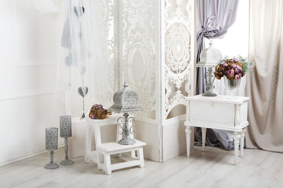 Mobilier alb cu motive florale, în stilul shabby chic