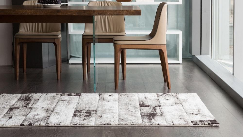 Covor alb cu gri, în relief, lângă masa cu scaune, în sufragerie