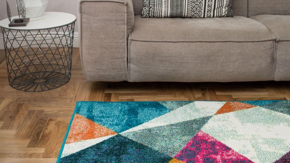 Covor în multe culori lângă o canapea bej, în living