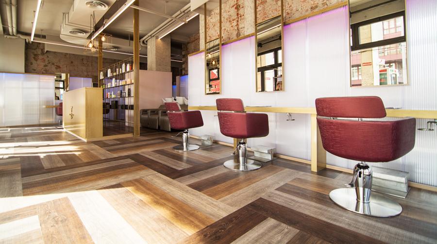 Salon de înfrumusețare cu scaune de frizerie si pardoseala LVT cu model de parchet