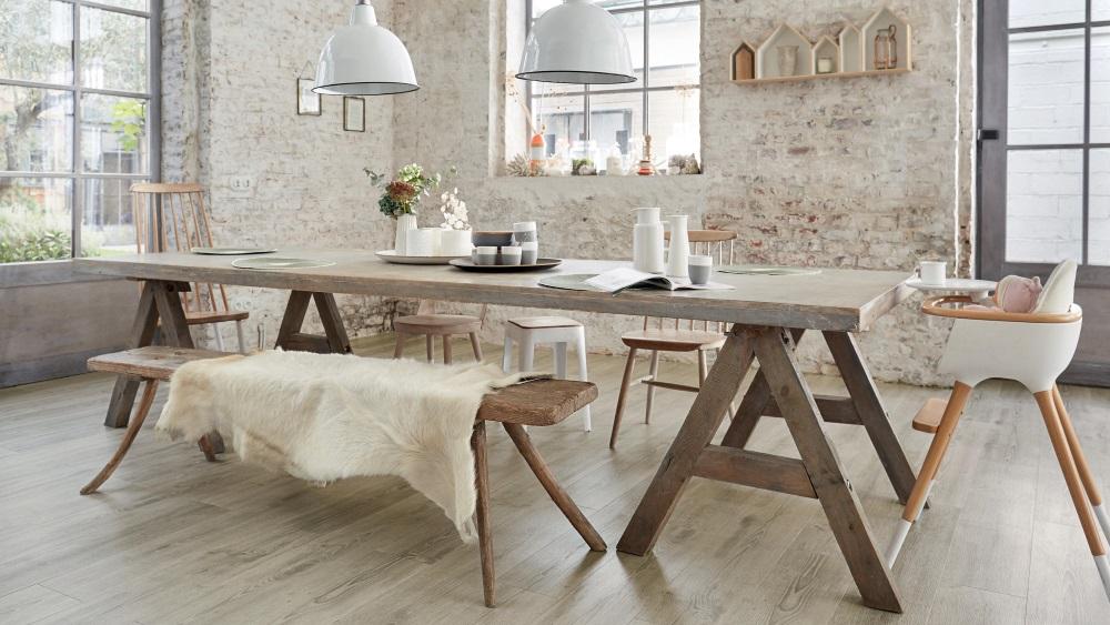 Bucătărie cu pardoseală LVT si masă de lemn cu băncuțe și scaune