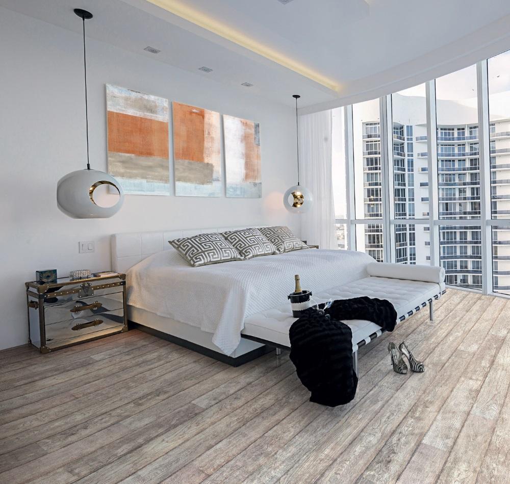 Dormitor luminos, decorat în culori neutre și parchet gri