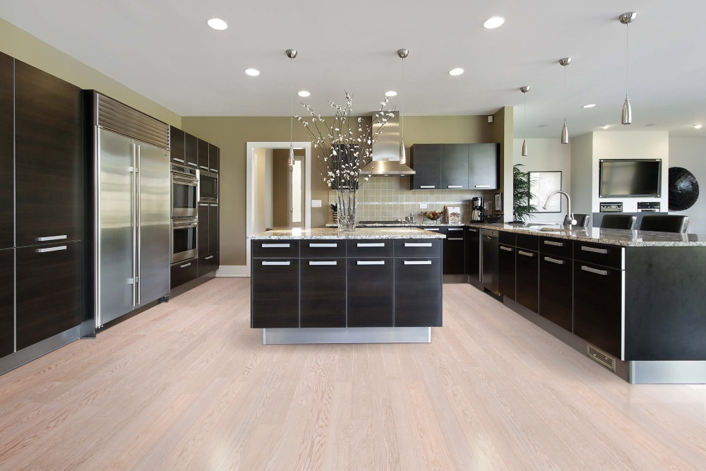 Bucătărie cu mobilă neagră și parchet bej
