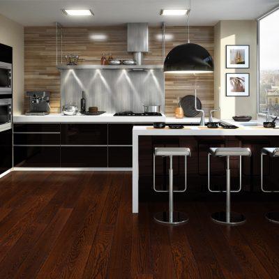 Bucătărie cu mobilă neagră, accesorii metalice și pardoseală cu aspect de lemn de cires