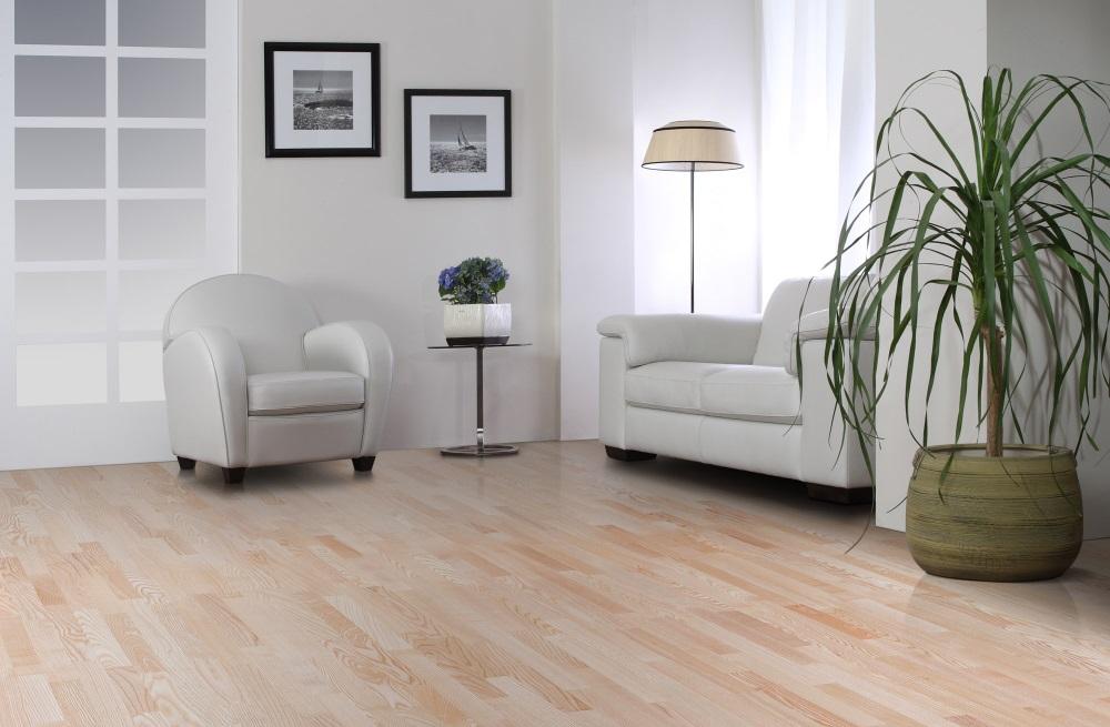 Camera in stilul minimalist, cu putina mobila si doua tablouri cu rame negre