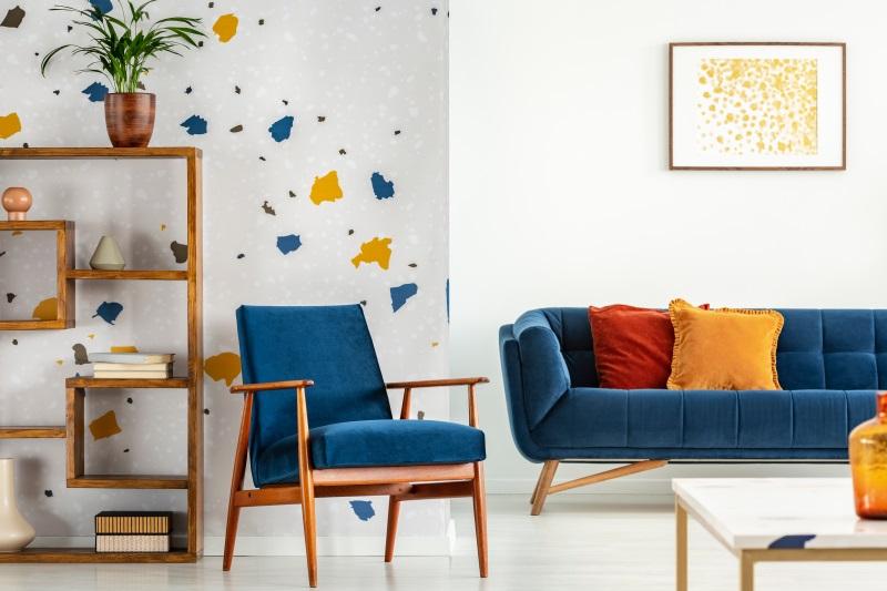 Living colorat cu perete cu model terrazzo