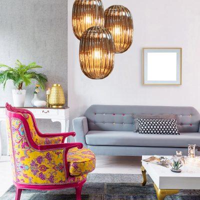 Living cu elemente vintage și contemporane și un fotoliu în culori tari
