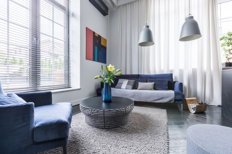 Living frumos, în tendințele amenajărilor interioare ale caselor mici, cu două canapele și măsuță - mobilă puțină pentru un plus de spațiu