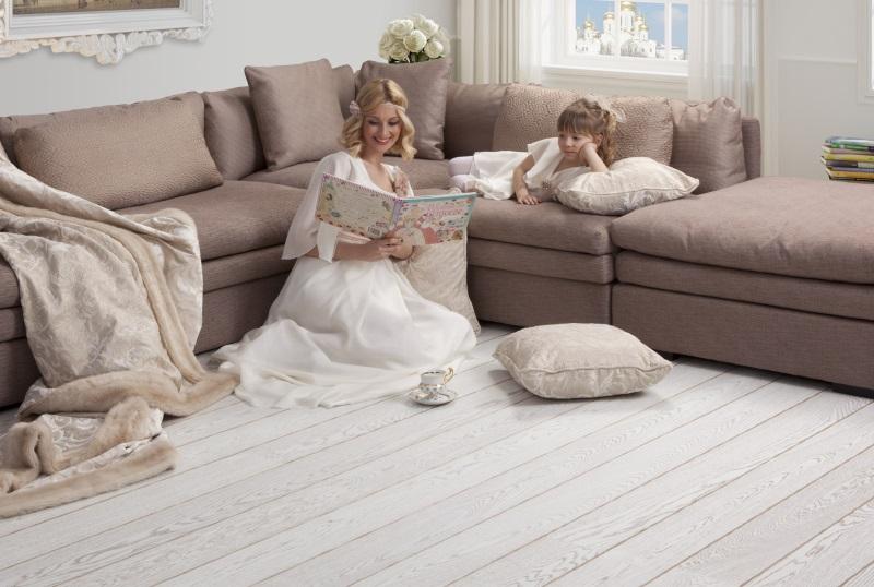 Mama și fiica în living cu parchet de stejar alb