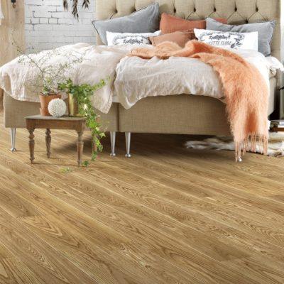 Dormitor cu un tip de parchet de lemn deschis la culoare