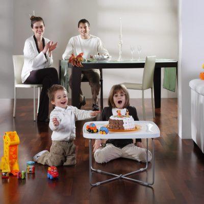 Familie cu doi copii in living cu parchet de merbau