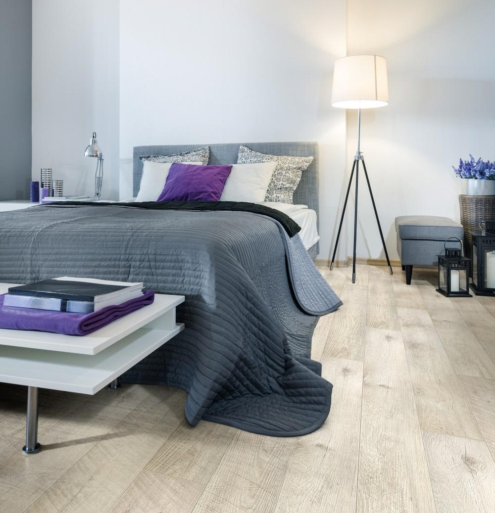 Dormitor gri cu mov si parchet laminat