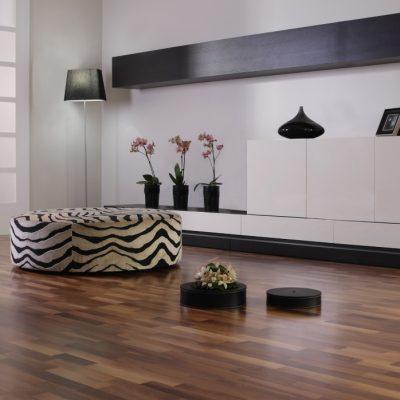 Living modern in alb si negru cu parchet de nuc