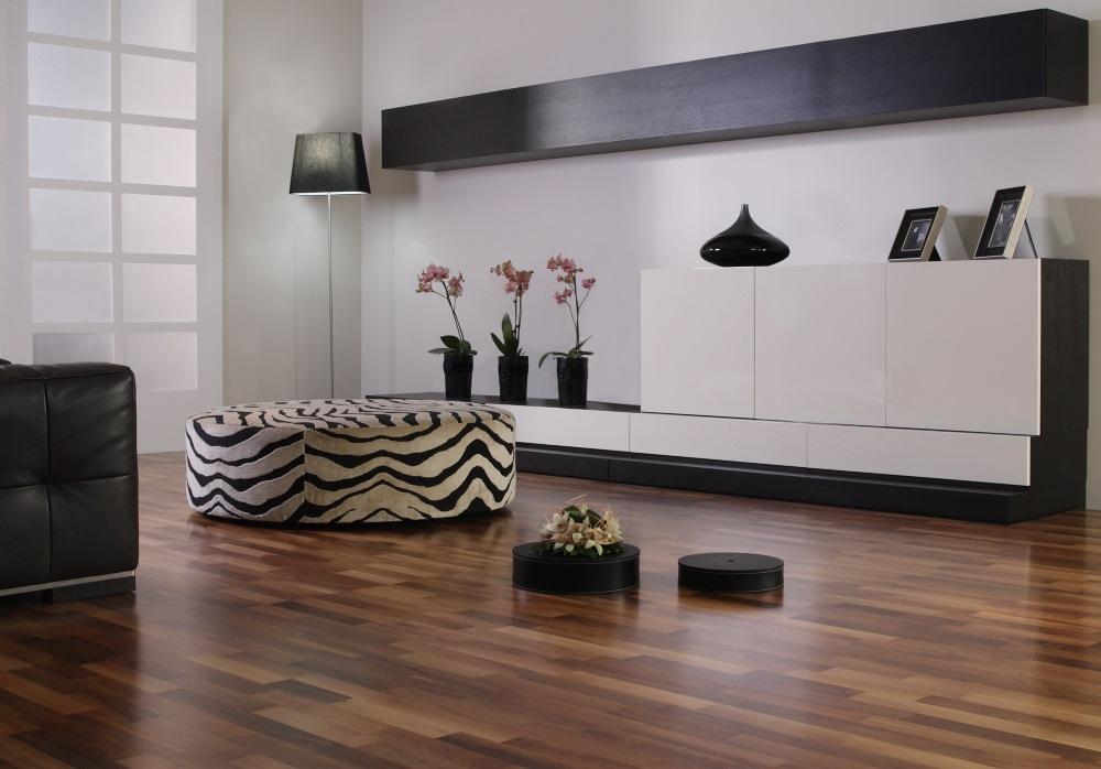 Living modern in alb si negru cu parchet de nuc, de lux