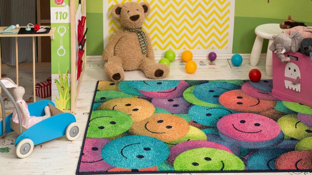 Covor multicolor și jucării, în cameră de copil