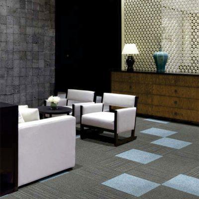 Mochetă modulară gri cu bleu, în cameră elegantă