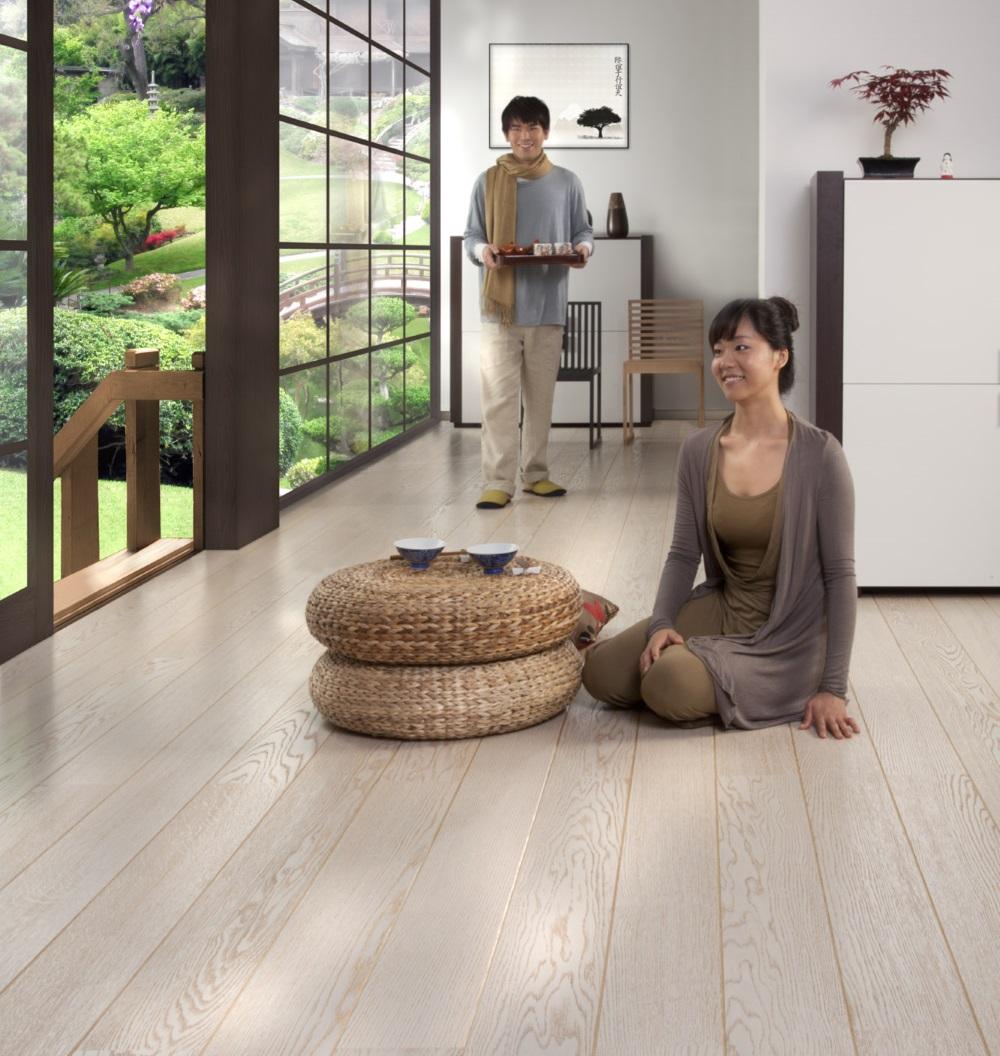 Parchet alb in living, in casa in stil japonez