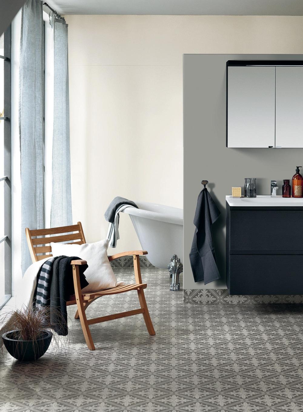 Baie cu mobilier gri închis și sistem pentru spații umede, cu pardoseală cu model