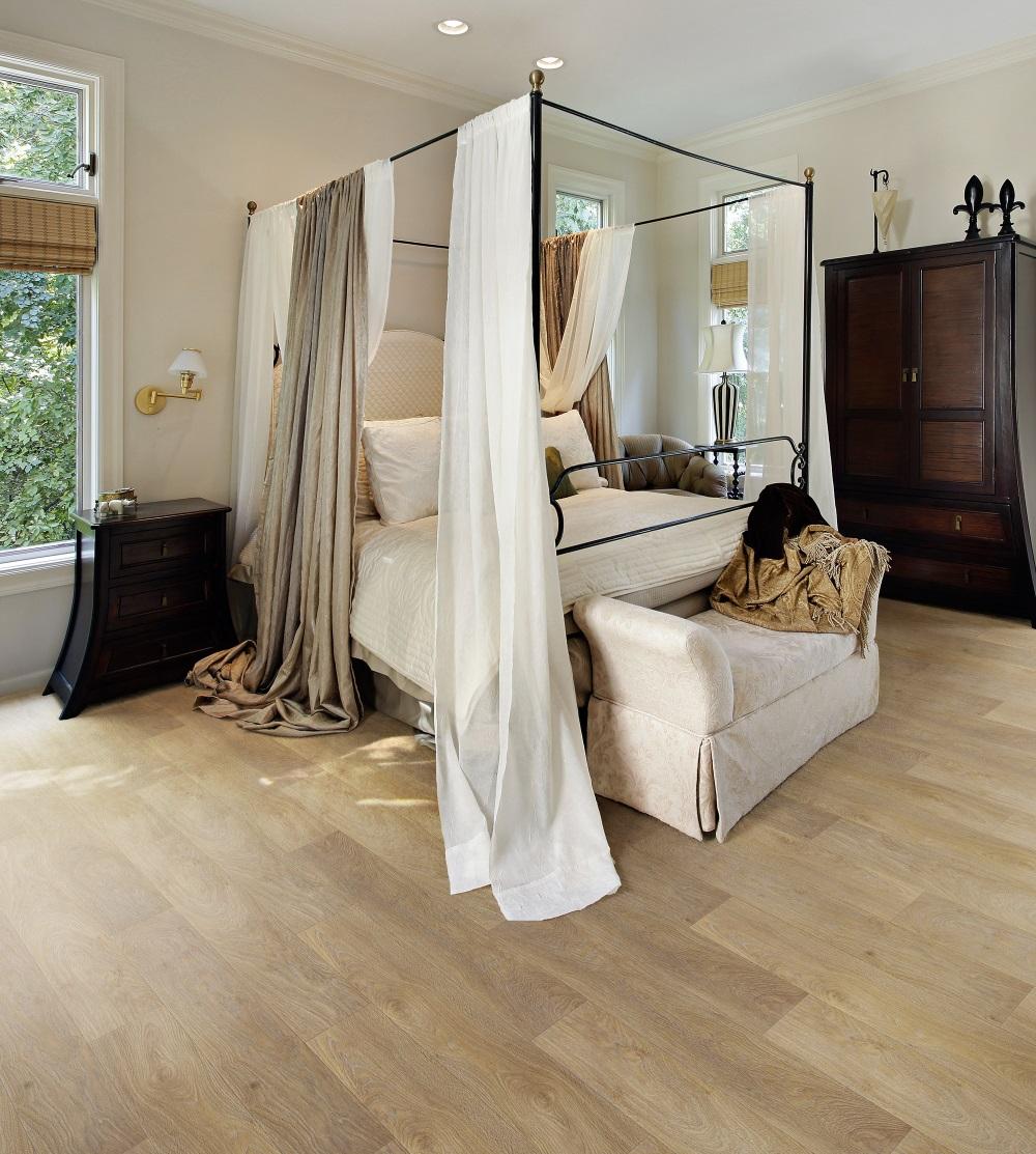 Dormitor cu pat baldachin, amenajat cu parchet laminat maro, cu model 2019