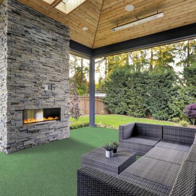 Gazon artificial Giardino instalat pe terasă cu scaune si semineu