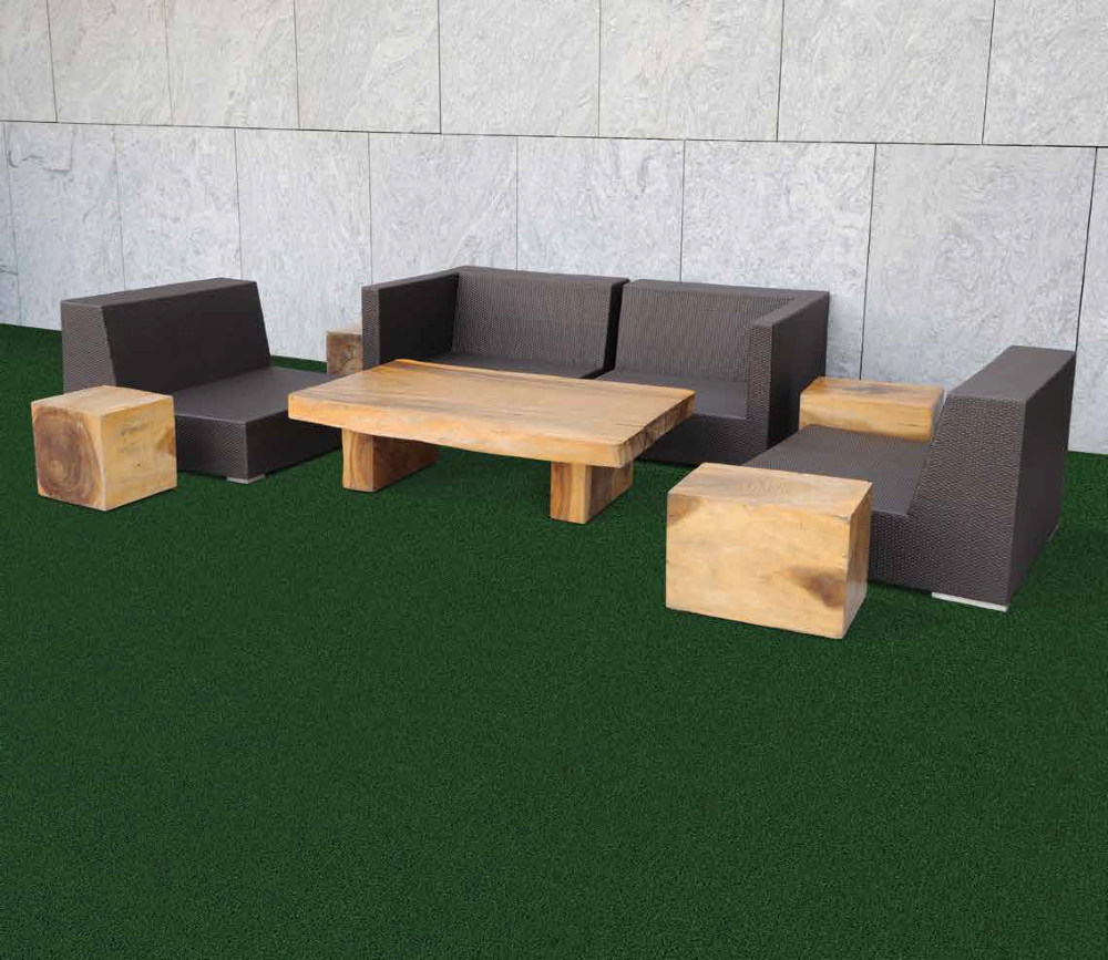Terasa cu masa si scaune, unde a fost montat gazon artificial