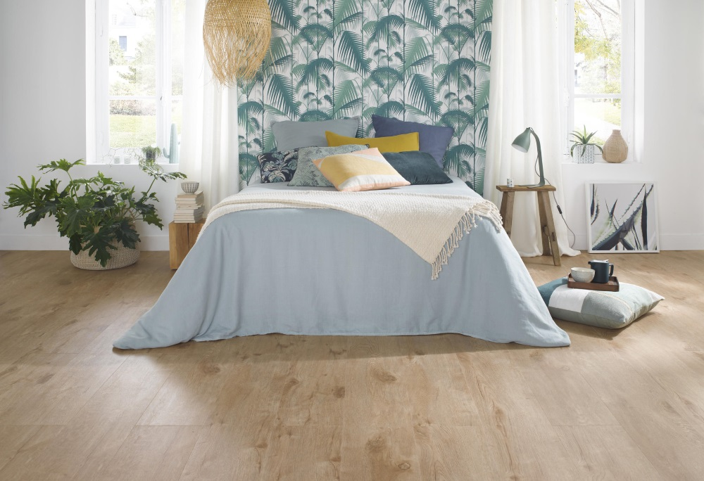 Dormitor cu pat dublu în nunațe de verde și albastru și pardoseală LVT