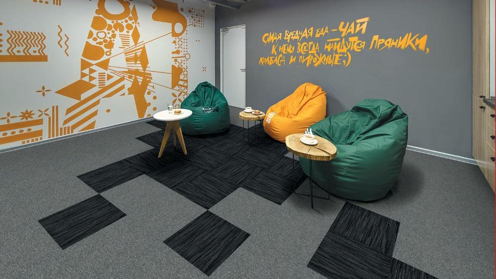 Mochetă modulară cu model combinat, gri cu negru, în birou vesel, colorat cu verde și galben