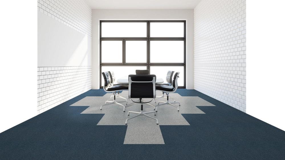 Mochetă modulară cu model în două culori: albastru închis și gri deschis în birou cu masă și scaune