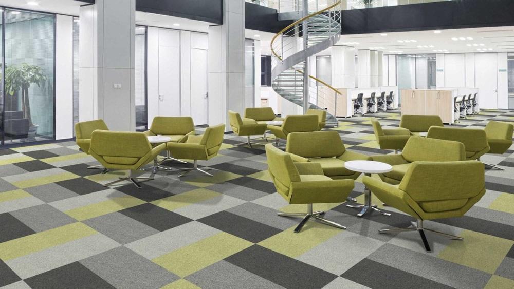Mochetă modulară cu model verde cu, nuanțe de gri în birou cu sală mare și mese cu fotolii